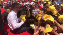 Alain Prost assailli par ses fans pour la séance d'autographes