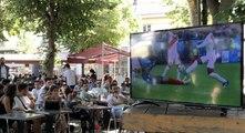 Info/Actu Loire Saint-Etienne - A la une : LES SUPPORTERS LIGERIENS DERRIERE LES BLEUS    A Saint-Etienne, les écrans sont autorisés sur les terrasses des bars et restaurants. Vous imaginez bien qu'elles ont été prises d'assaut !