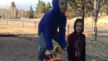 Le fail d'un enfant sur une balançoire