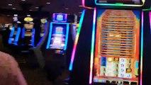 Un homme nu court dans un casino pendant que les policiers lui tirent dessus avec des beanbags
