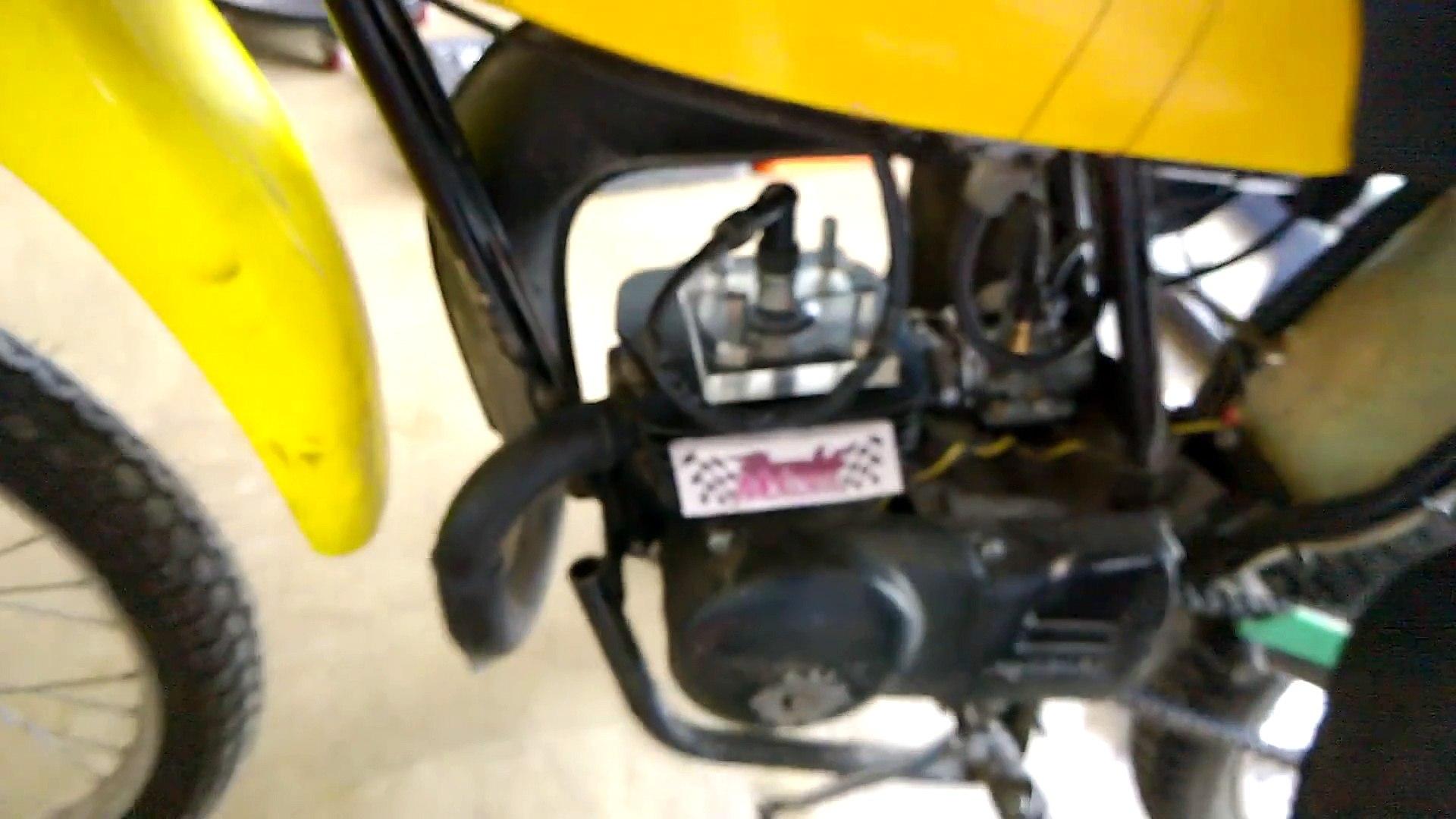 Le cylindre de son moteur de moto en verre transparent laisse voir les explosions du moteur