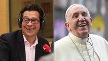 """Laurent Gerra imitant le pape François : """"J'ai transformé le Saint-Siège en fauteuil en osier"""""""