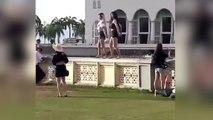 Chicas bailan en pantalón corto frente a mezquita