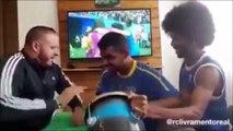 Il mime un match de foot à un supporter sourd, muet et aveugle du Brésil