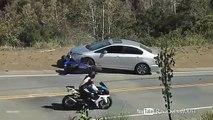 Un motard loupe son virage et termine sous une voiture.
