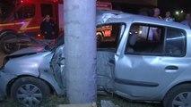 Direksiyon Hakimiyetini Kaybeden Sürücü, Otomobilini Elektrik Direğine Çarptı: 2 Yaralı