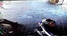 بالفيديو شاهدوا ميكانيكي ينقذ طفلين من الموت في اللحظة الأخيرة