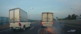 Un camion perd une roue au milieu de l'autoroute