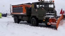 Spain: Army battles to free motorists stuck in snow