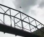 Malade : cet homme plonge du haut de la structure d'un pont !
