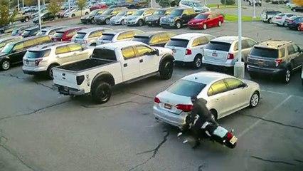 Une moto se crash dans une voiture