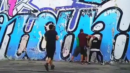 Une bande de potes escalade un mur