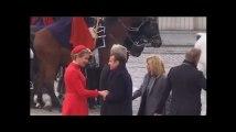 Emmanuel Macron accueilli par le couple royal en Belgique