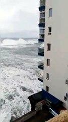 أمواج عاتية تقتلع شرفات مبنى في جزر الكناري