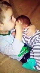 Dječak i mali brat u naručju