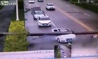 Cet automobiliste miraculé sort vivant de sa voiture écrasée par un pylône lampadaire !