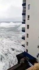 Une vague haute de trois étages ravage des habitations à Tenerife