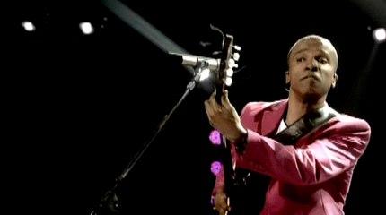 Alexandre Pires - Medley Espanhol: Usted Se Me Llevo La Vida / Necessidade (Neccesidad) / É Por Amor (Es Por Amor) / Bum Bum Bum / A Musa Das Minhas Canções (Spanish Guitar) / Vem Me Amar (Amame)