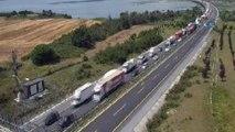 TEM Otoyolu Büyükçekmece mevkiinde kamyon devrildi. Trafik durma noktasına geldi.