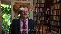 Donner une interview avec son chat sur les épaules (Pologne)
