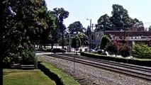 Un automobiliste inconscient traverse un chemin de fer alors que le train arrive, il va le regretter !