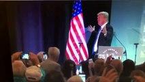 US-Präsident Donald Trump umarmt die US-Flagge