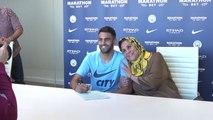 Riyad Mahrez signe à Manchester City, sa maman est très fière