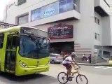 Ce cycliste essaie de stopper un bus : mauvaise idée