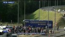 Le bus des Bleus acclamé sur son parcours après avoir quitté l'aéroport