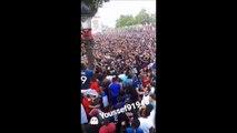 Un supporter français tente un saut de l'ange dans la foule... qui s'écarte