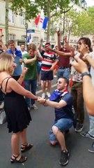 Il demande sa nana en mariage sur les Champs Elysées en fête et se prend un râteau