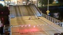 Elle chute en vélo entre 2 parties d'un pont qui se lève !