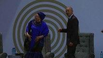 Obama balla con l'ex moglie di Mandela, ovazione del pubblico