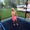 Cet ado se brise le dos en ratant un saut sur un trampoline