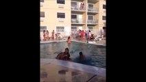 Il tente un saut au dessus de 2 filles dans une piscine et fait un strike... Gros fail
