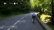 Tour de France - L'effrayante chute de Philippe Gilbert qui passe par-dessus le muret