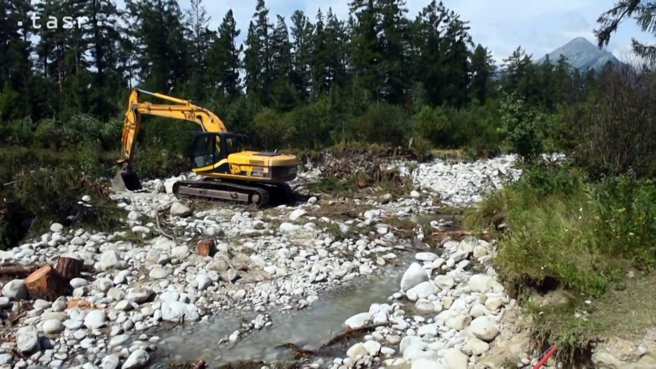 STARÁ LESNÁ: Studený potok zbavujú nánosov po povodni
