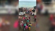 Une trombe marine apparaît près d'une plage en mer Noire