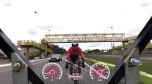 Ce cycliste roule à plus de 165 kmh sur l'autoroute... Fou