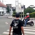 Un scooter s'arrête sur un passage piéton, ce piéton à la meilleure des réponses