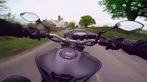 Ce motard rate son virage à grande vitesse et se prend la gamelle de sa vie