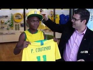Museu Seleção Brasileira recebe torcedor que improvisou camisa de Philippe Coutinho