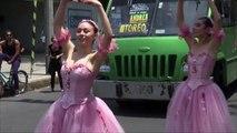Des danseuses de ballet divertissent les conducteurs aux feux rouges