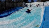 Ethan, 12 ans, teste la vague de surf de la base de loisirs de Léry-Poses