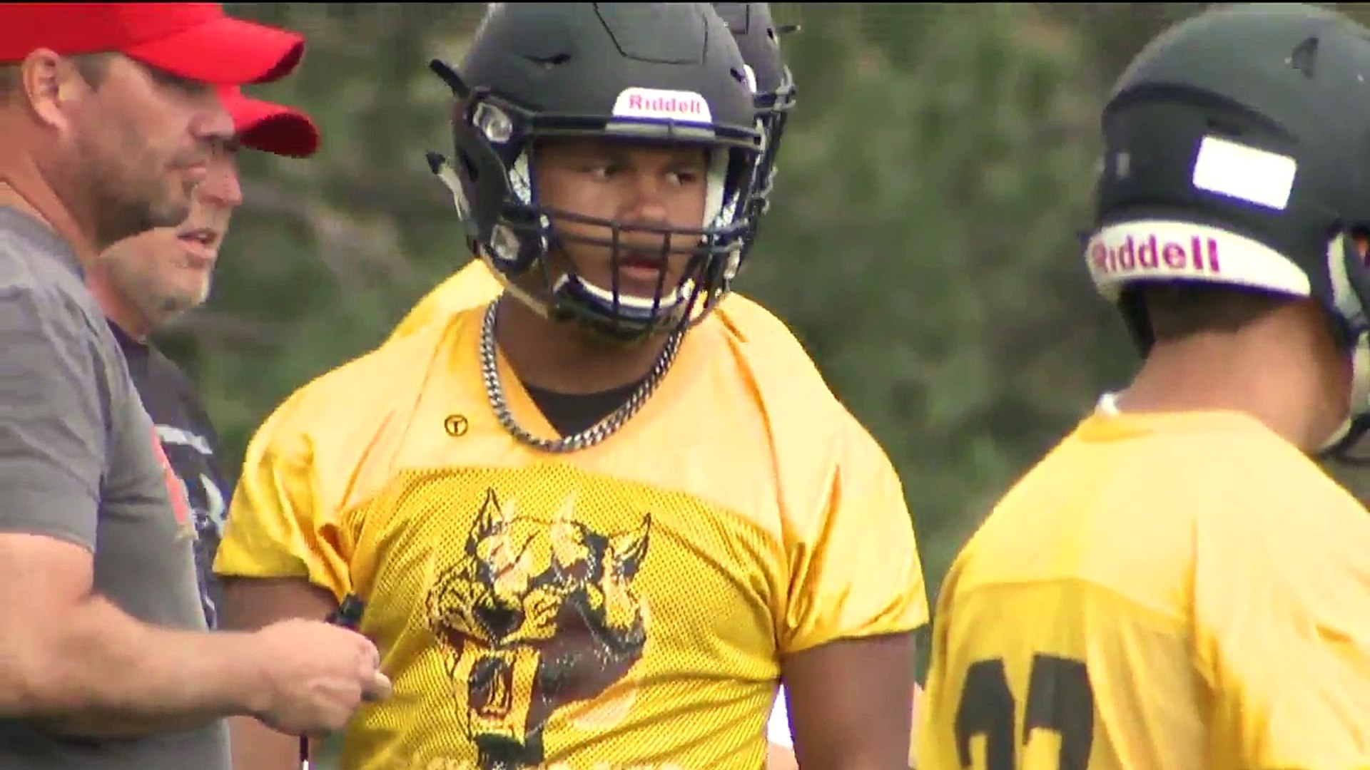 One-Handed High School Football Player Inspires Teammates, NFL Players