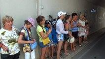 Antalya'da turistleri taşıyan tur midibüsü alt geçitte sıkıştı