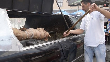 你开宝马车上路,他在宝马车里烤乳猪!