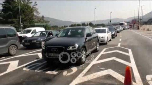 Ora News - Fluks në Morinë, radhë të gjata të qytetarëve që hyjnë në Shqipëri për pushime
