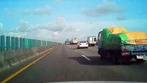 Un camion transportant des poulets se renverse sur l'autoroute