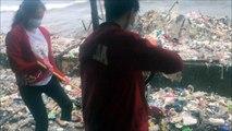 Des volontaires tentent de stopper les dechets portés par la mer dans les Philippines